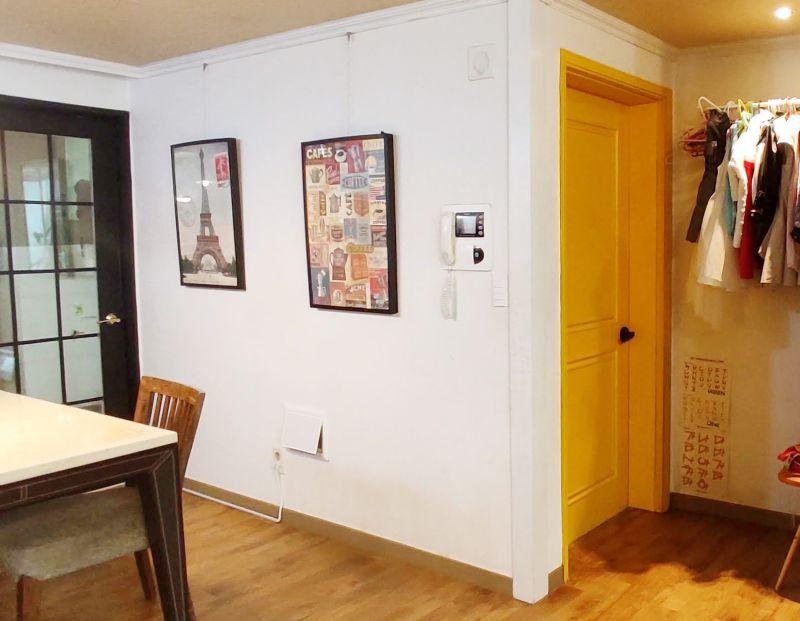 벽면은 모두 하얀색으로 칠하고 포인트로 아이들 방을 좋아하는 노란색으로 칠한 미루네 집 모습
