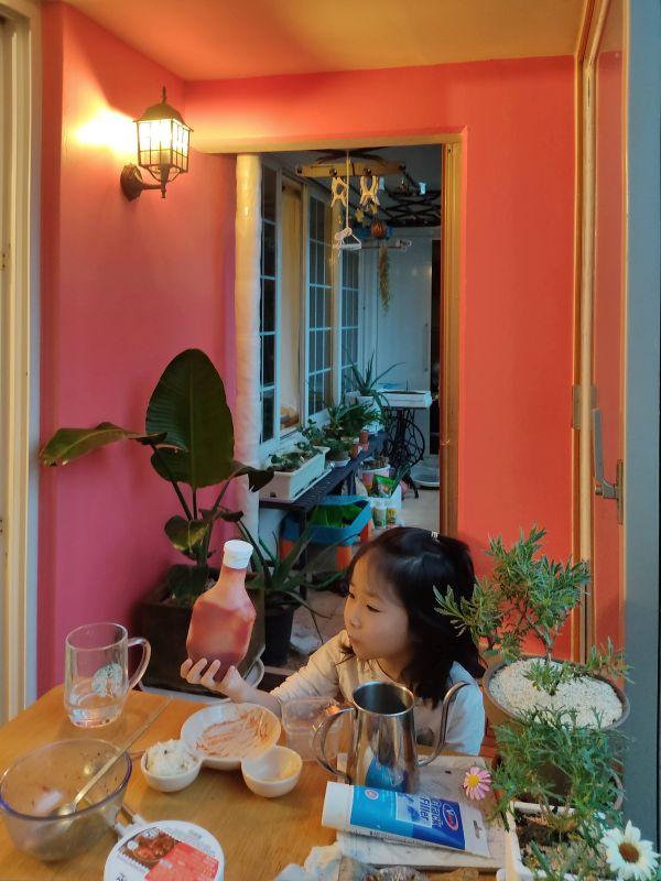 핑크색 베란다가 좋다고 저녁을 베란다에서 먹는 미루네 가족