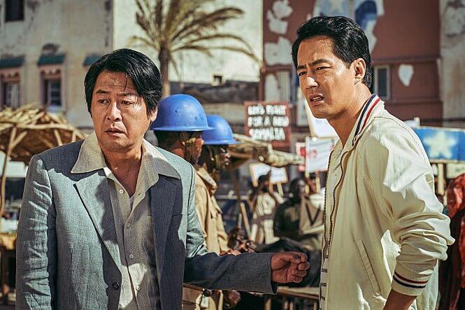 두명의남자-시위현장-인상을쓰고있는남자