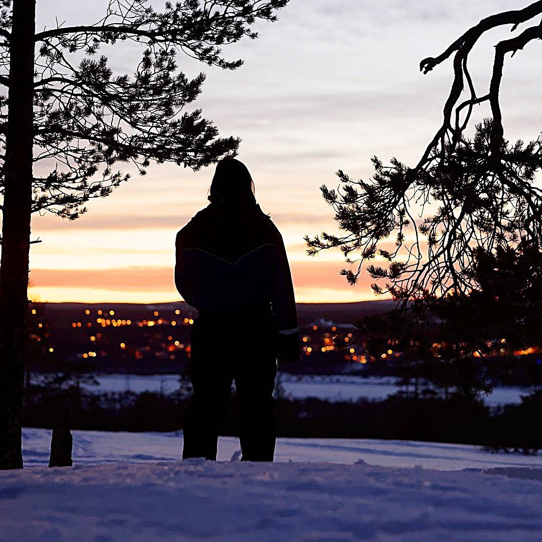 겨울 석양과 남자