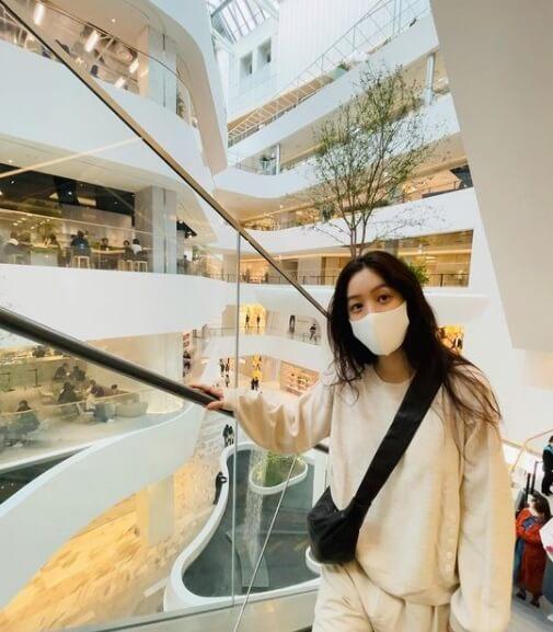 마스크-백화점-맨투맨-가방을메고있는여자