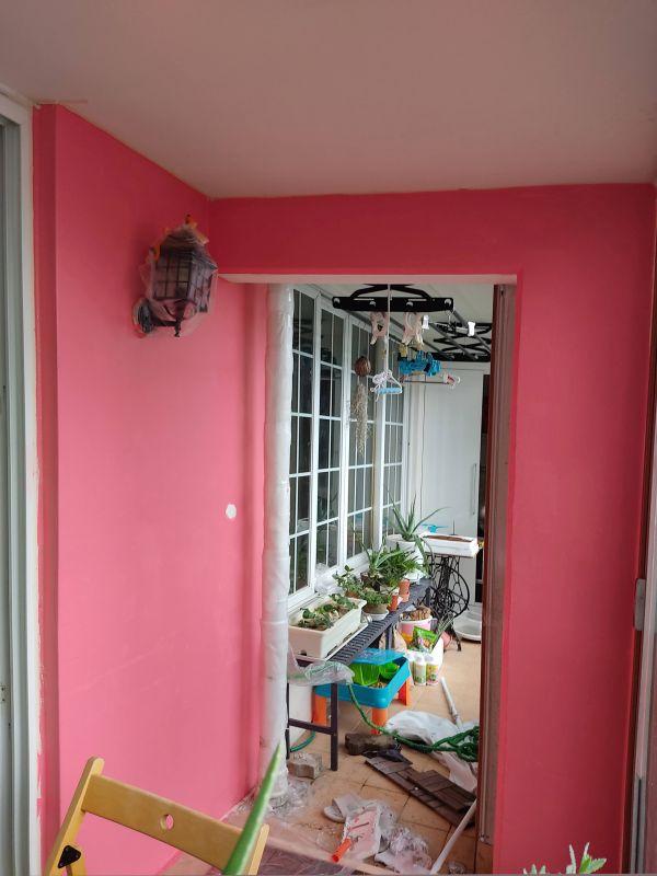 핫 핑크색으로 칠해준 벽면 사진
