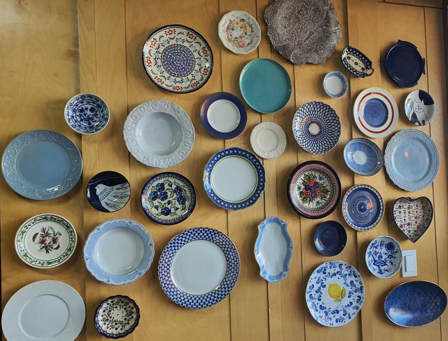 벽면에-붙어있는-그릇들