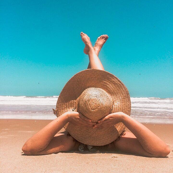 해변-일광욕하는여자