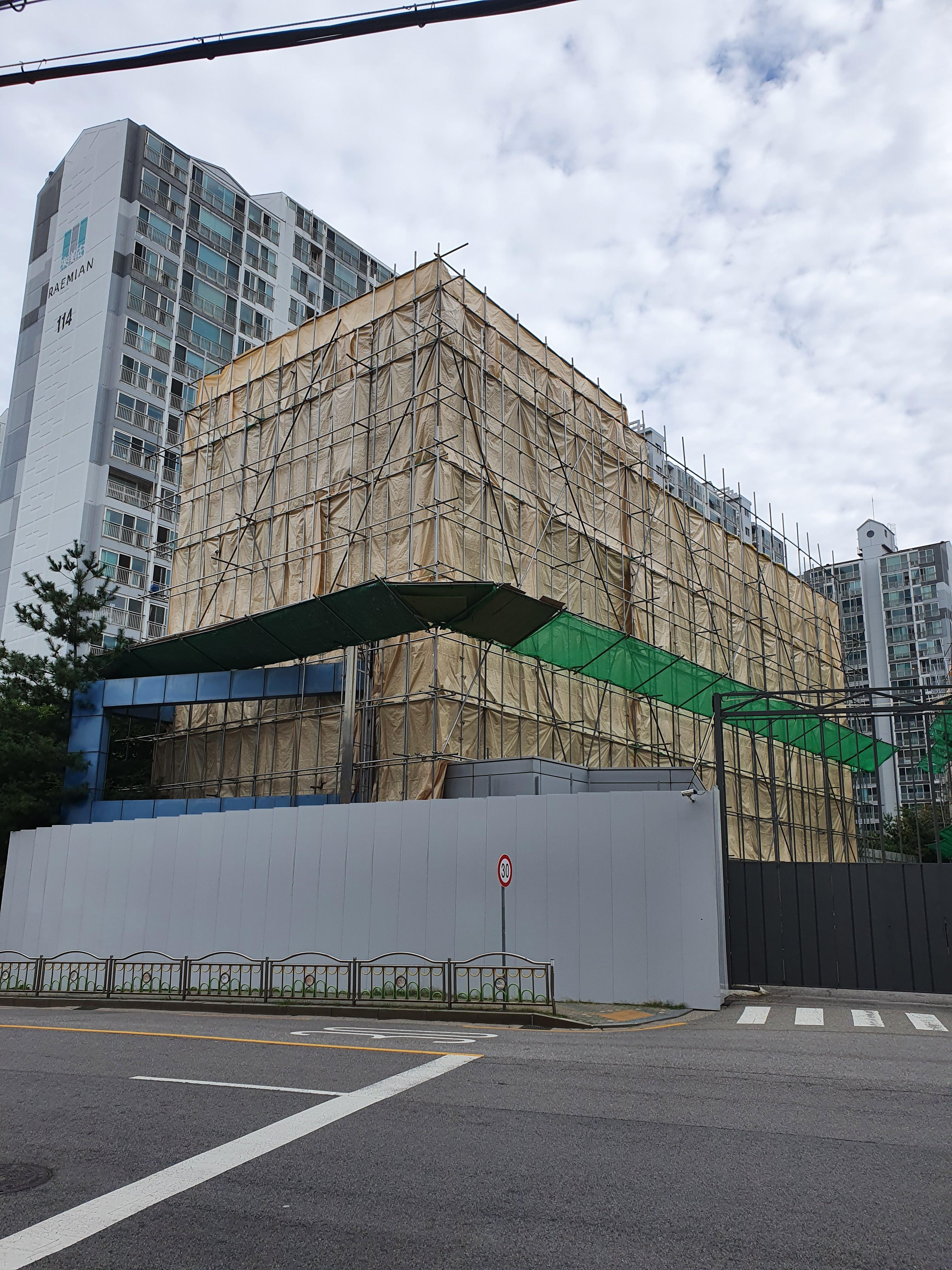 구로 해피랜드 상설할인매장 폐점 후 건물 철거 중 (작년 10월 사진과 함께)
