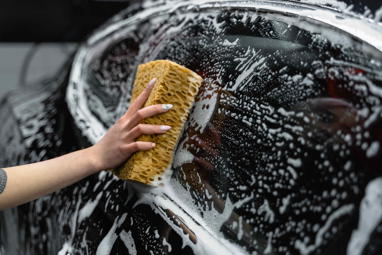차량외부를 미트를 이용하여 부드럽게 씻어준다