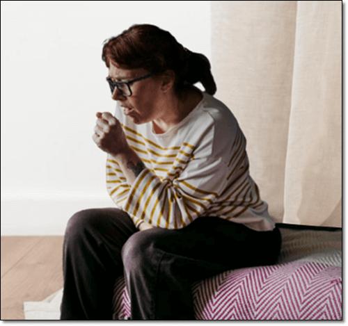 기침하는 여성