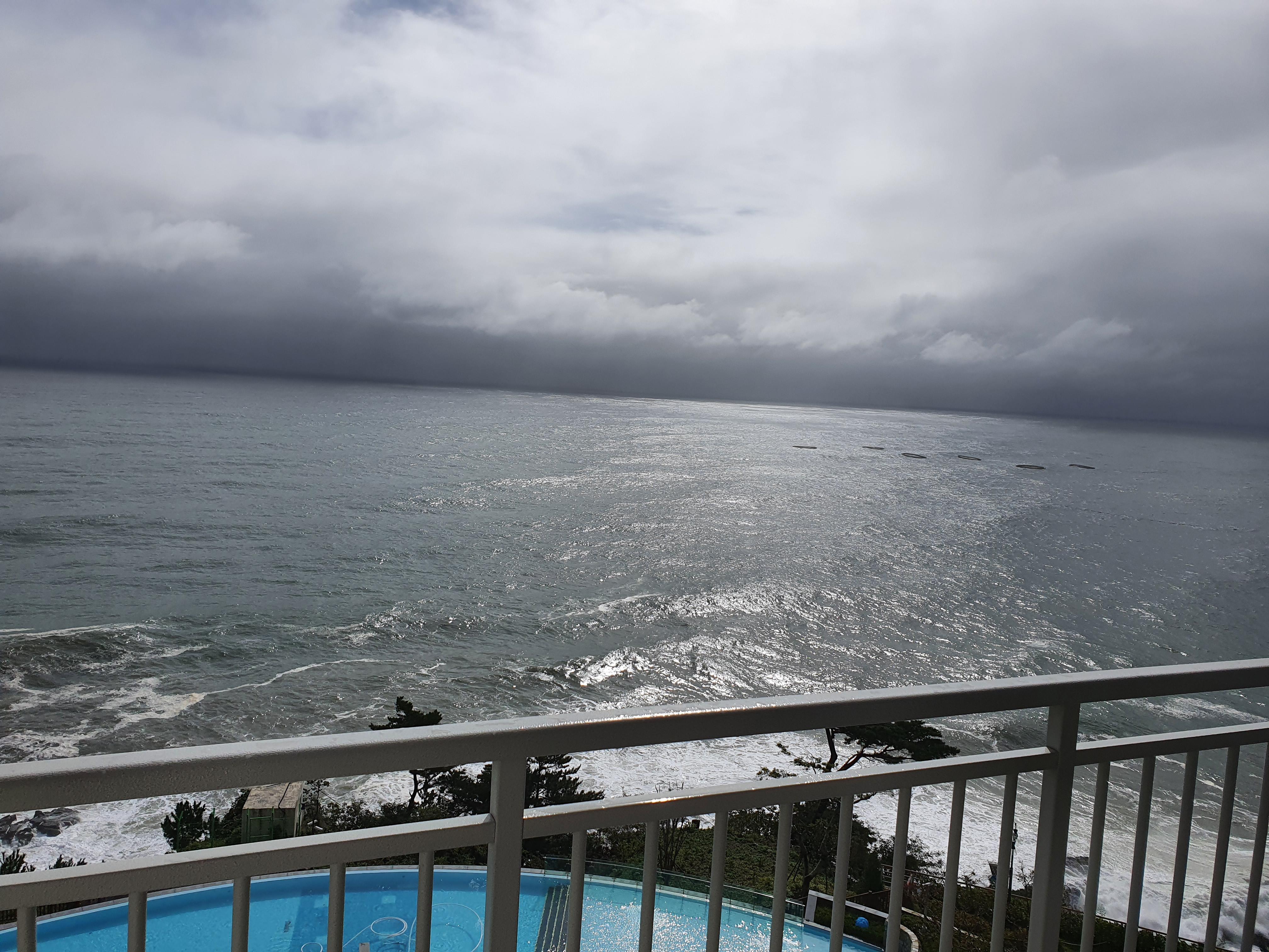 동해나들이(4) : 숙소에서 바라본 바다(먹구름 드리운 바다와 맑은 날 바다)