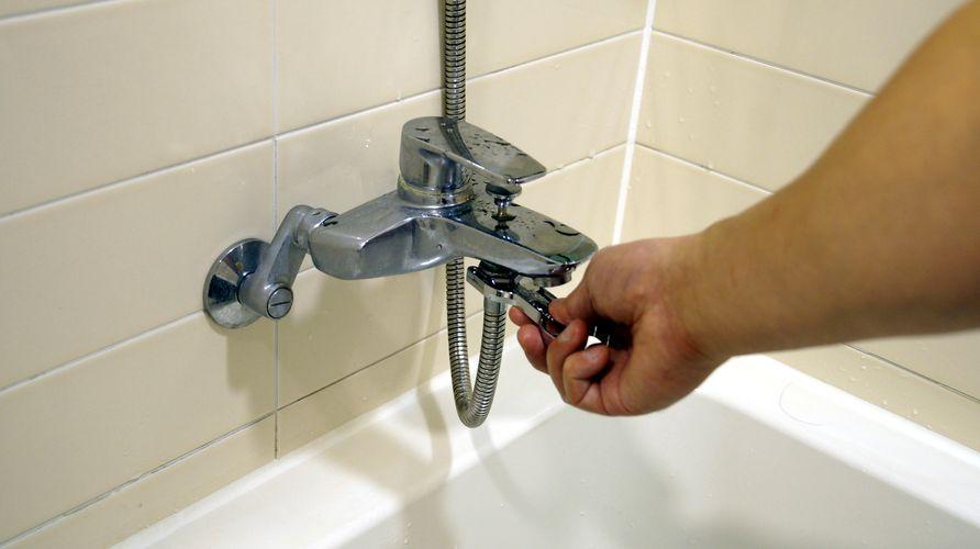 필터 설치를 위해 샤워기 분리