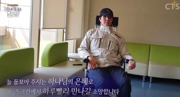 휠체어-모자쓴남자-앉아있는남자