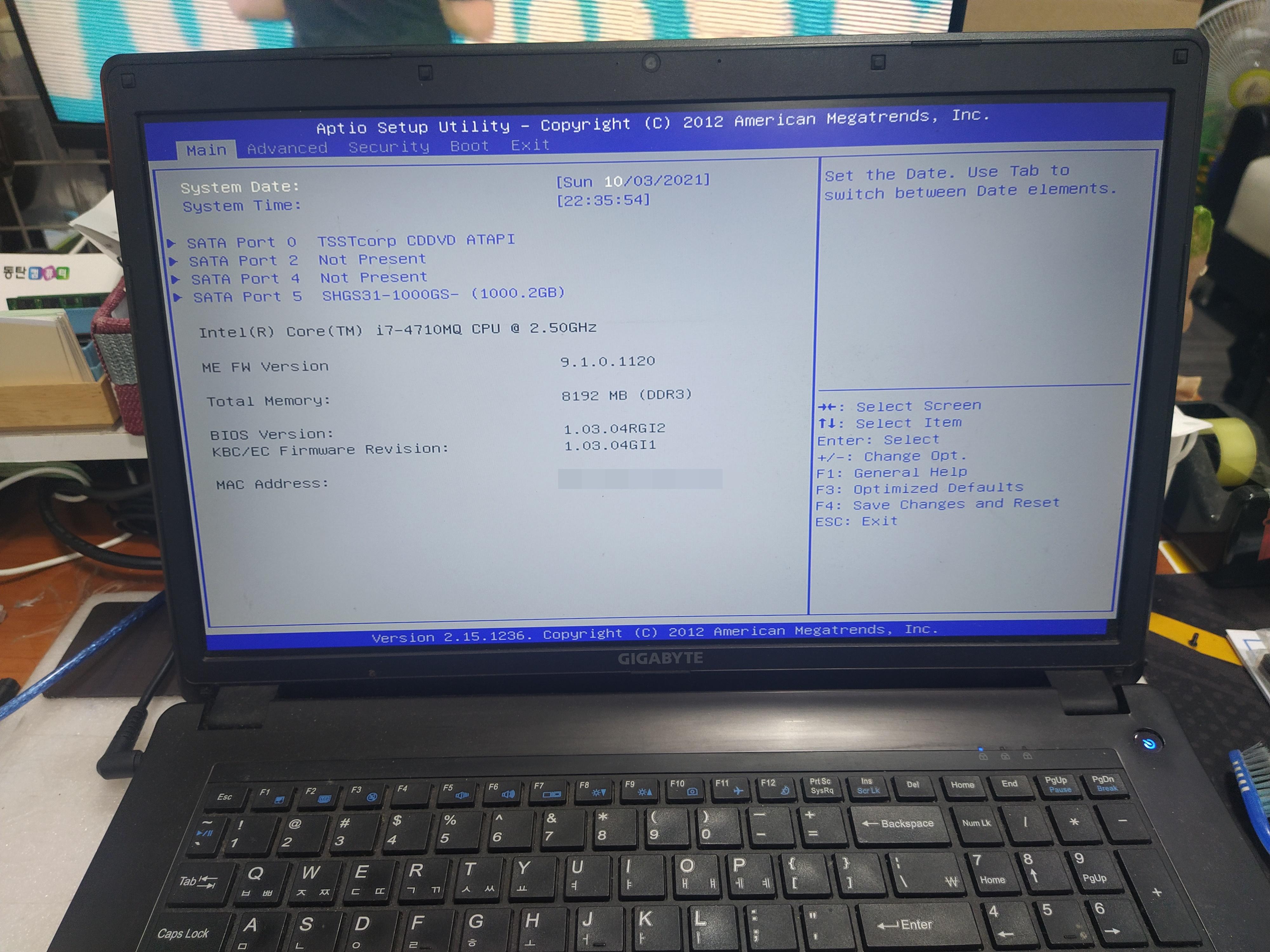 윈도우10 설치하기전에 SSD가 정상적으로 인식되는 걸 확인하고 있습니다.