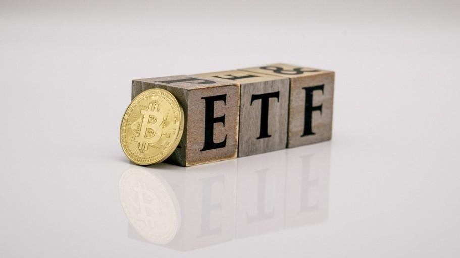ETF가 쓰여진 조각