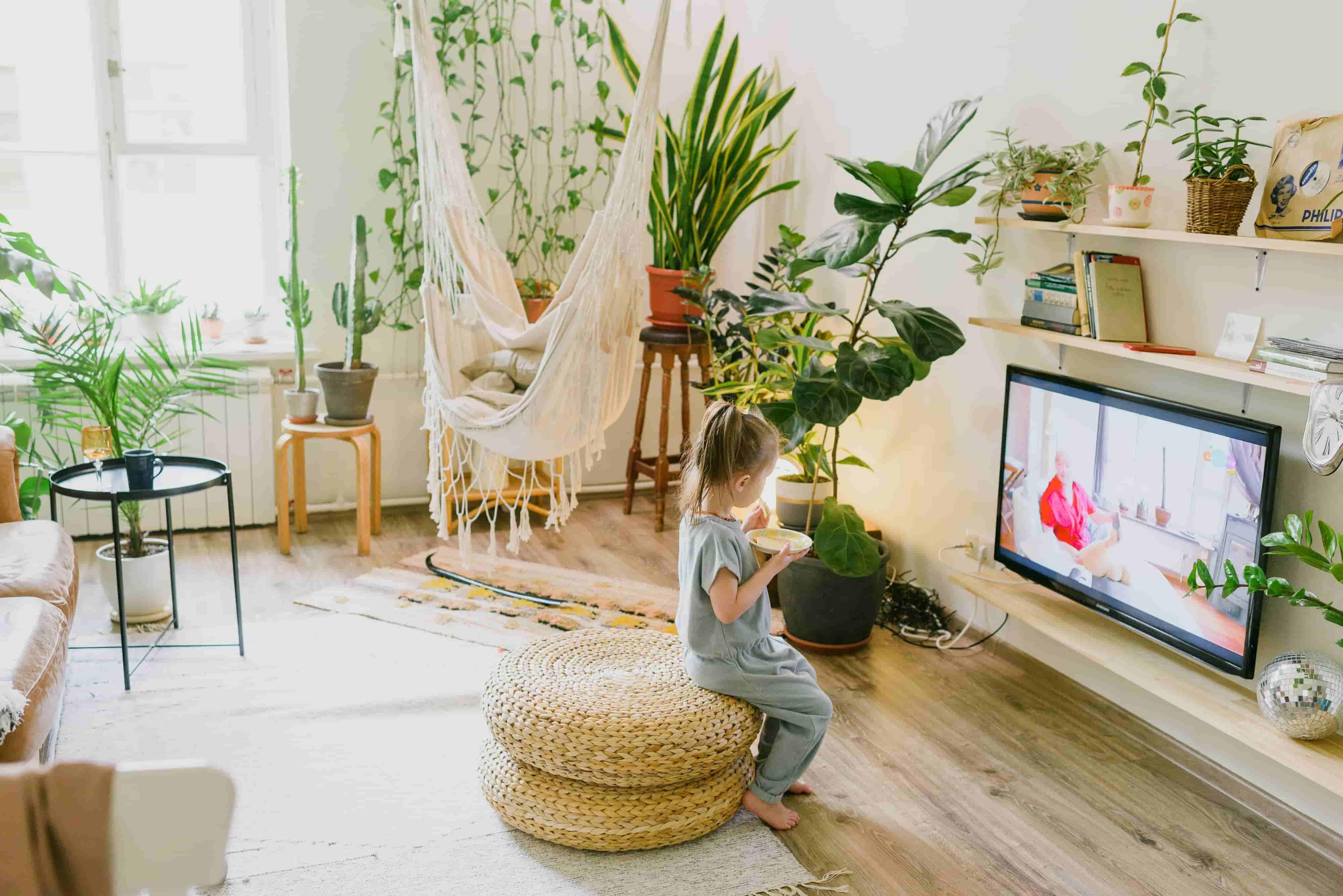 아이를 위한 식물로 꾸며진 거실