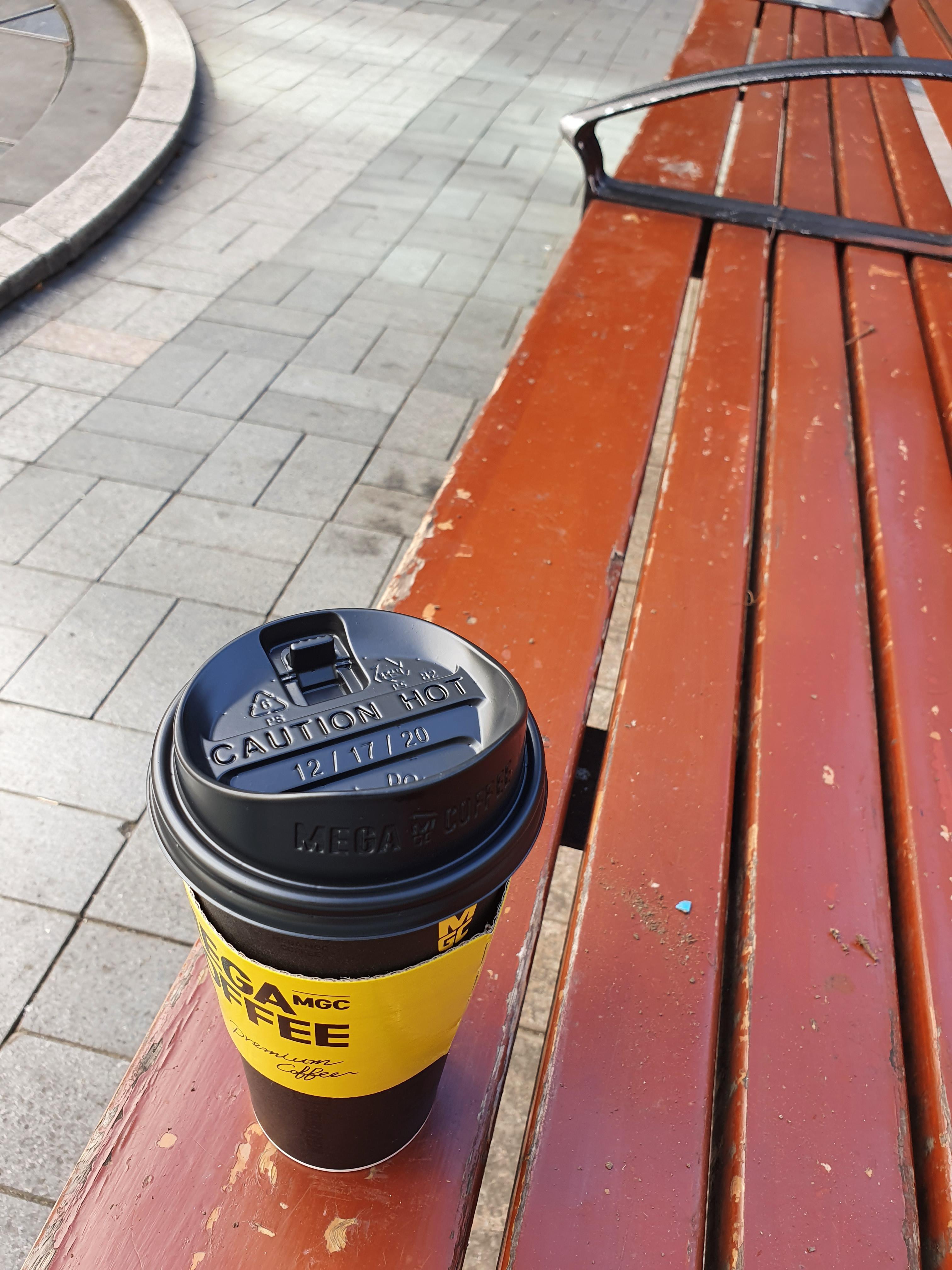 커피 마시며 푸른 하늘을 보다
