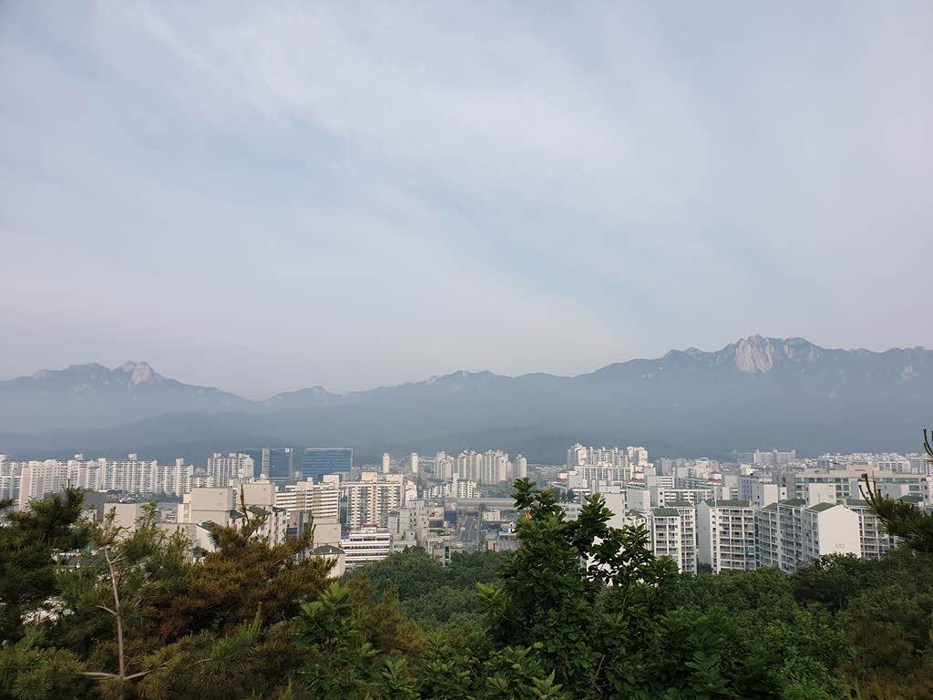 서울둘레길 1코스 수락산 구간의 전망대에서 바라본 북한산과 도봉산