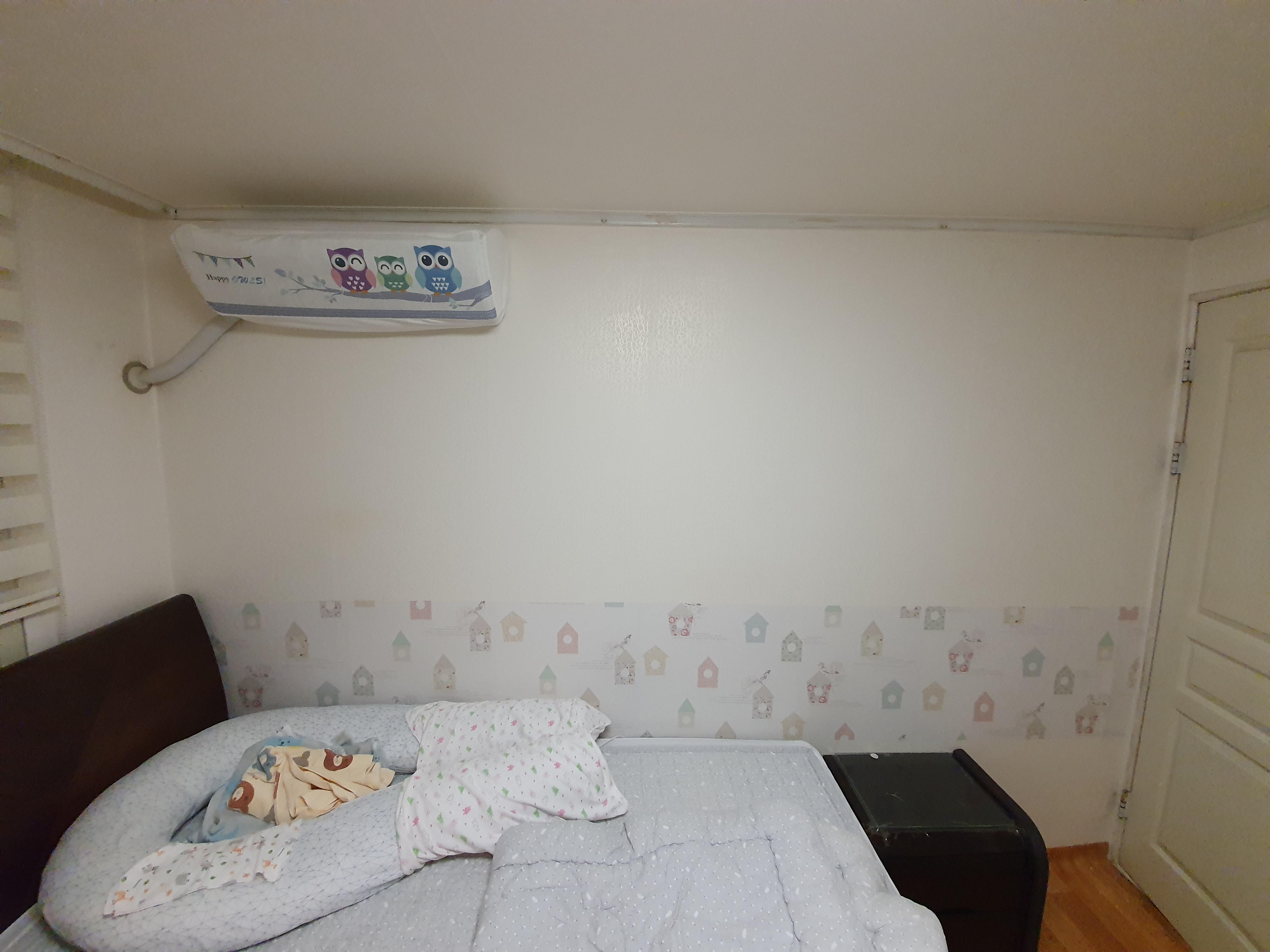 안방에 시트지를 발랐다 : 벽이 더러워진걸 가리기 위해