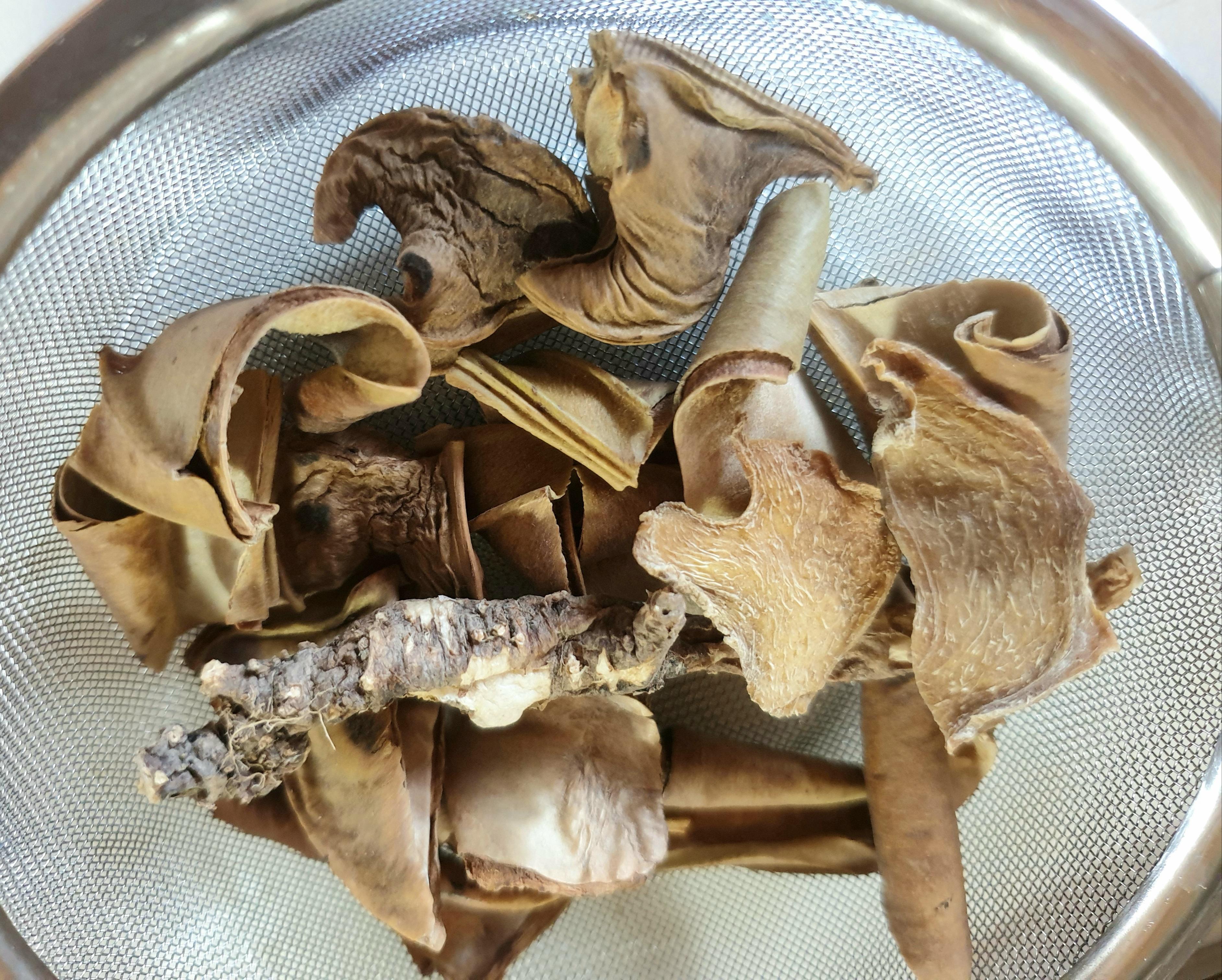 작두콩차 14깍지, 쪄서말인 생강 2조각, 야생 건도라지 한뿌리