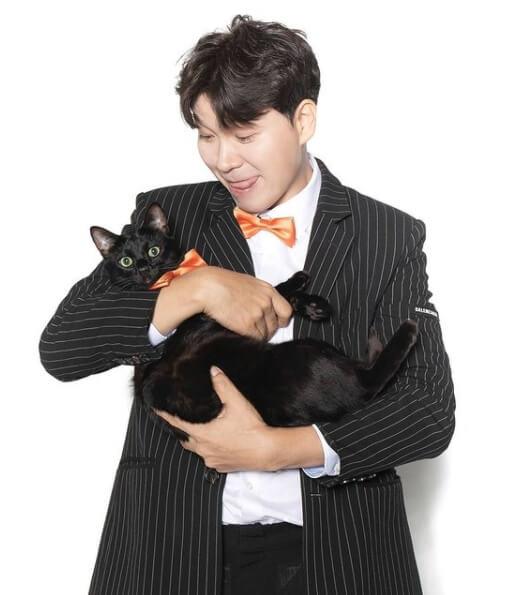 고양이를안고있는남자