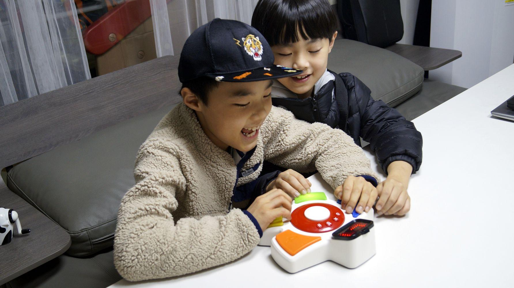 초성로봇으로 초성게임하는 아이들