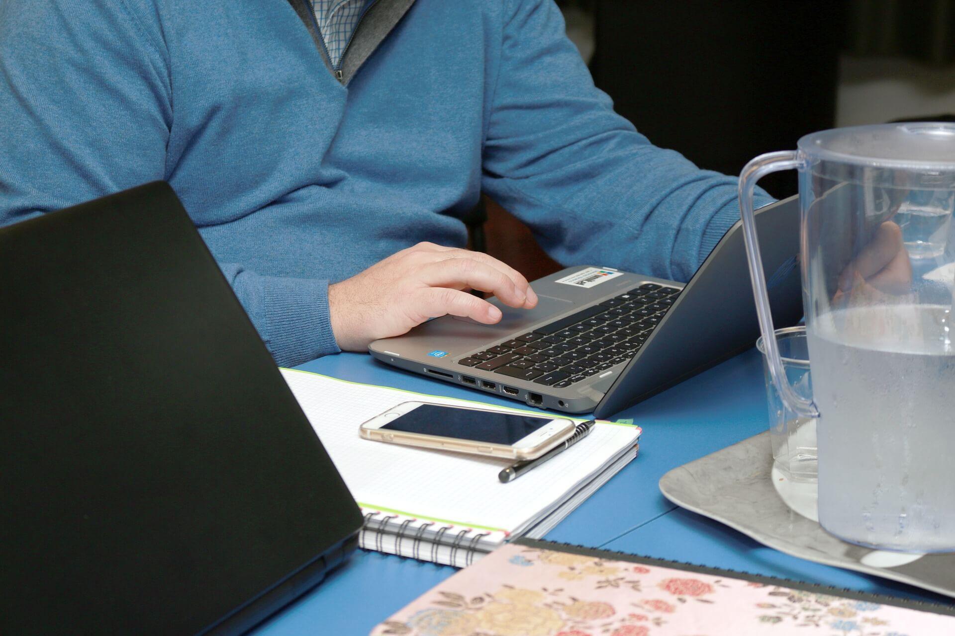 사람앉아서-노트북-핸드폰-펜