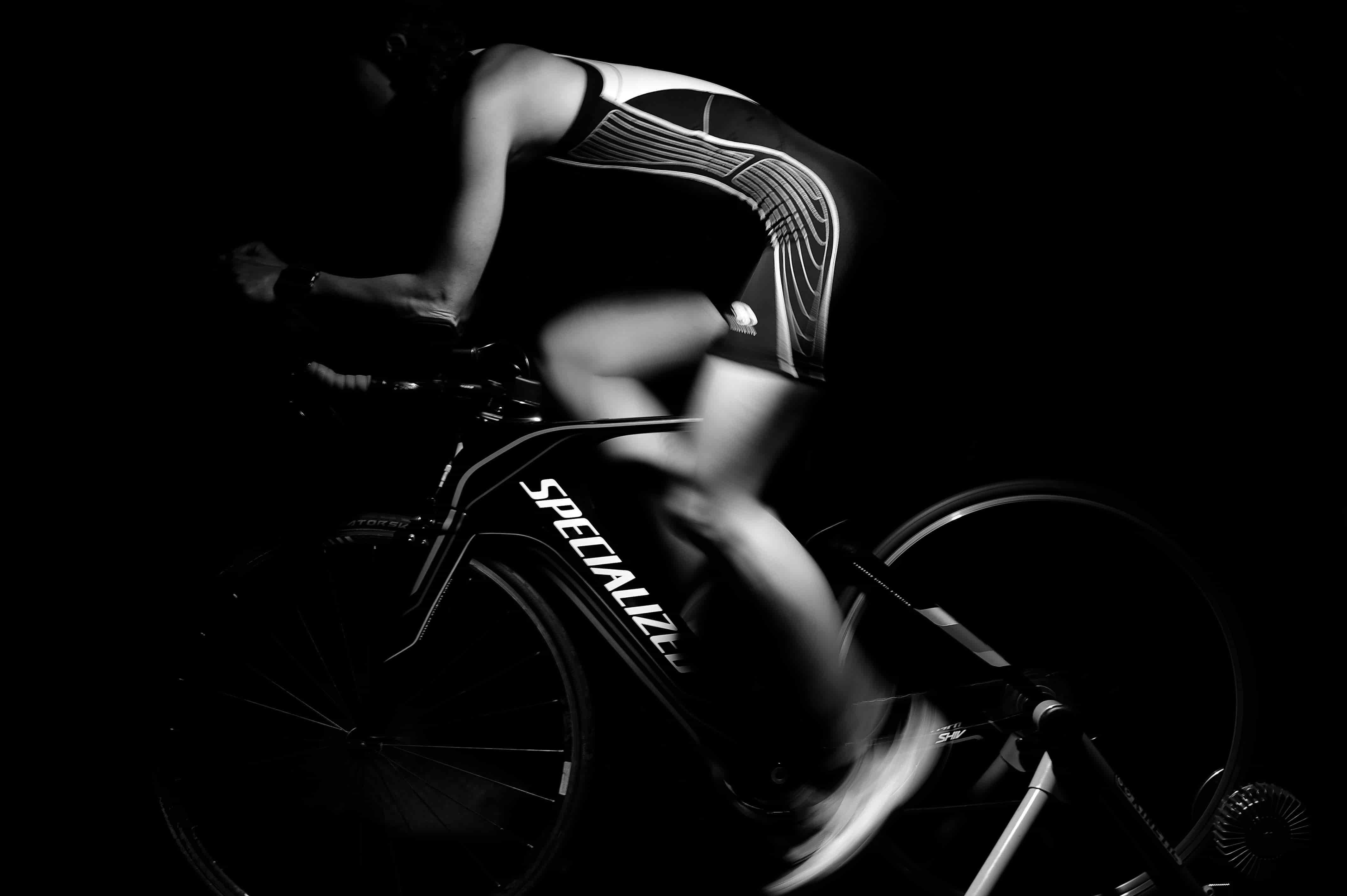 열심히 자전거를 타고 있다