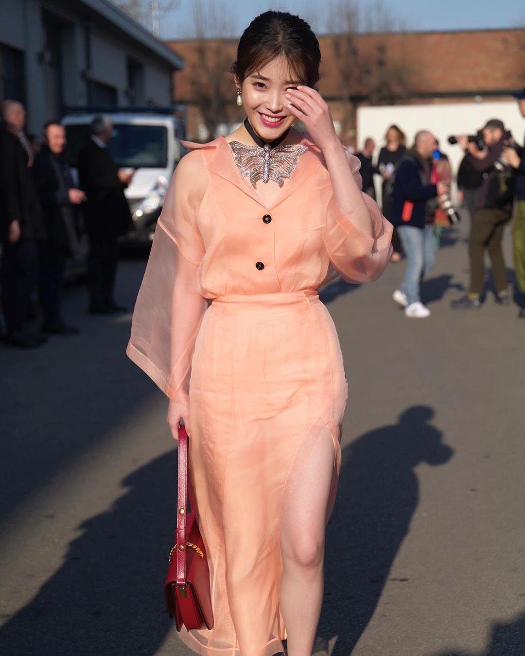 밀라노 간 아이유 패션