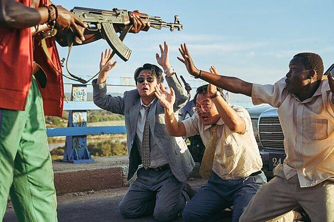 총을사들에게-겨누고있는-무릎꿇고손들고있는사람들