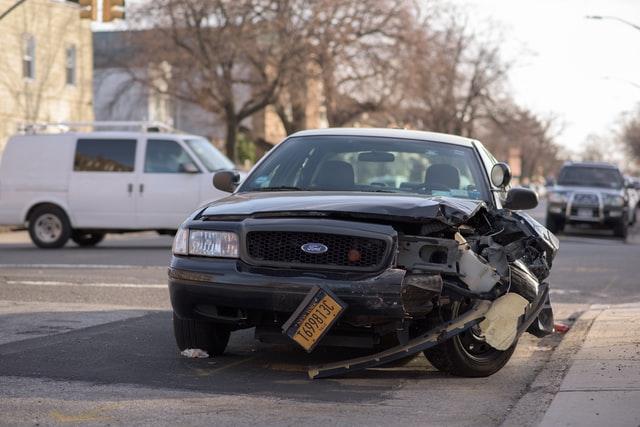 교통사고가 나서 부서진 차량