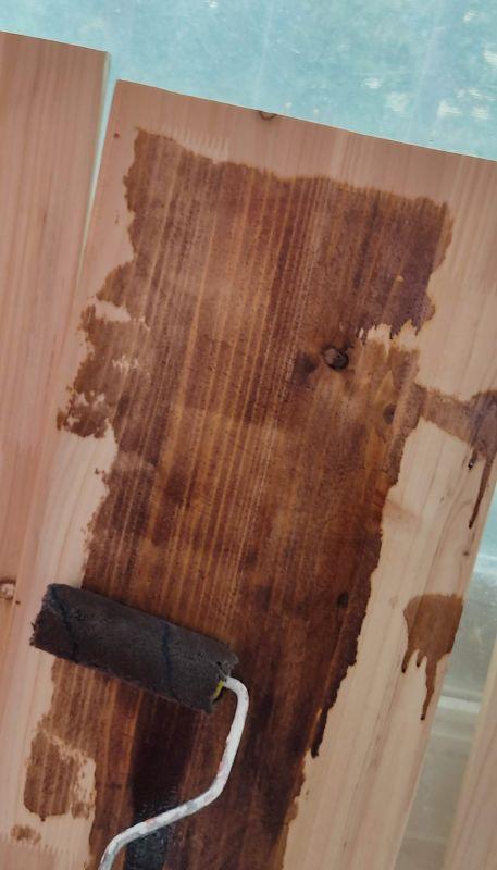 집성목에 오일스테인으로 바른 모습으로 나뭇결이 더 뚜렷해진모습