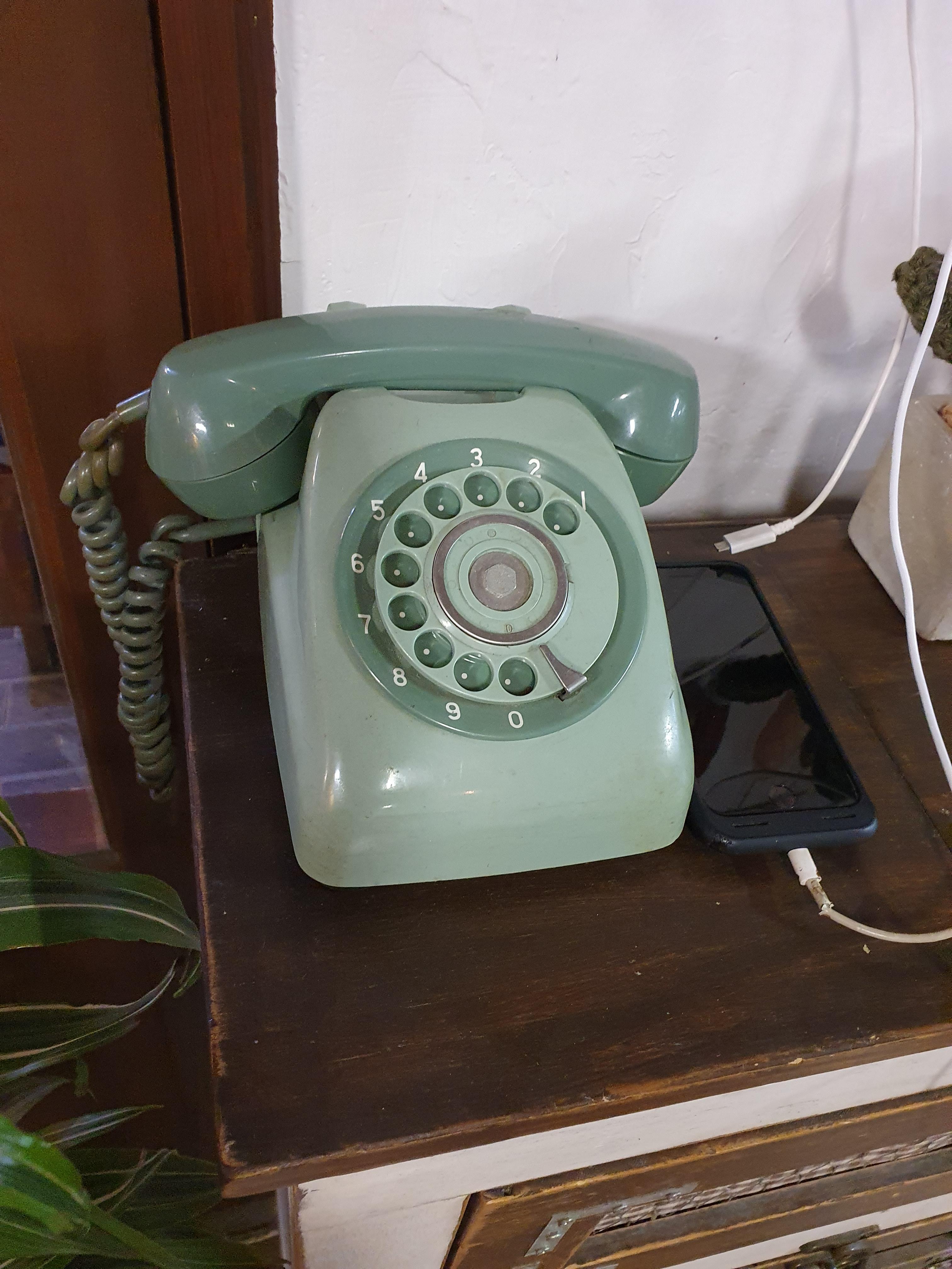 다이얼식 전화기(옛날 전화기) : 옛날에 집에 있었던 것과 같은..