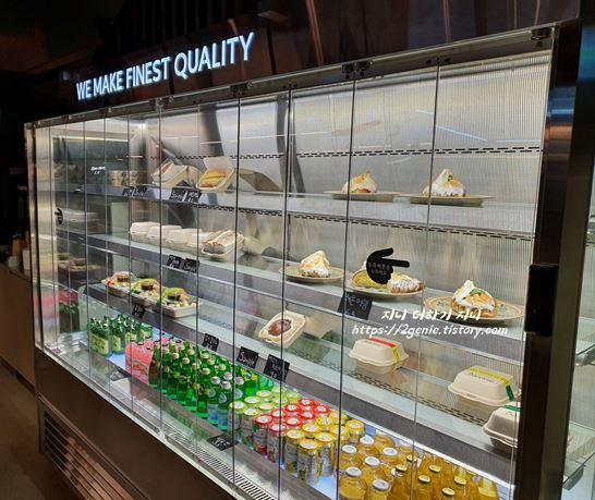 냉장고 안에는 포켓샐러드, 샌드위치, 비스크치즈케이크까지