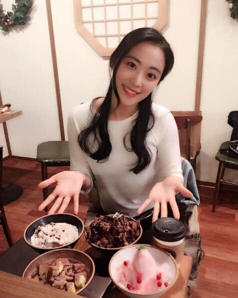 식당에서-음식을보여주는모습-긴머리여자