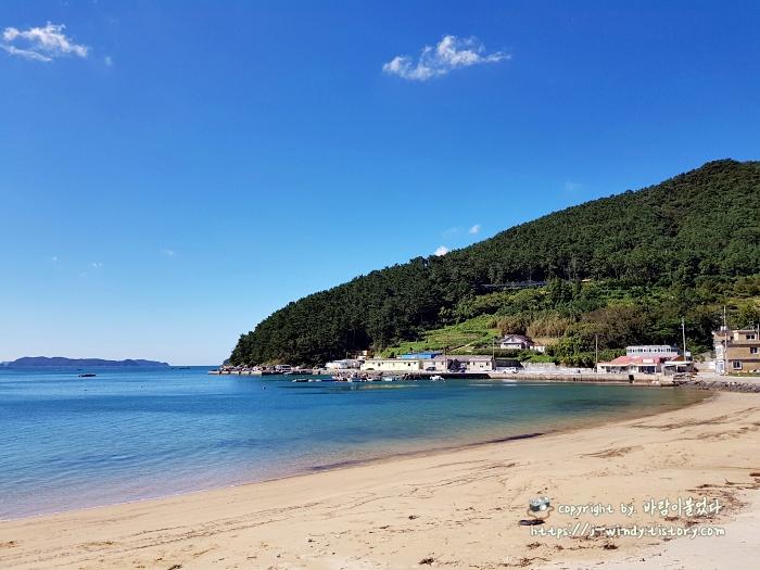 덕원해수욕장은-모래해변으로-만들어져있다.