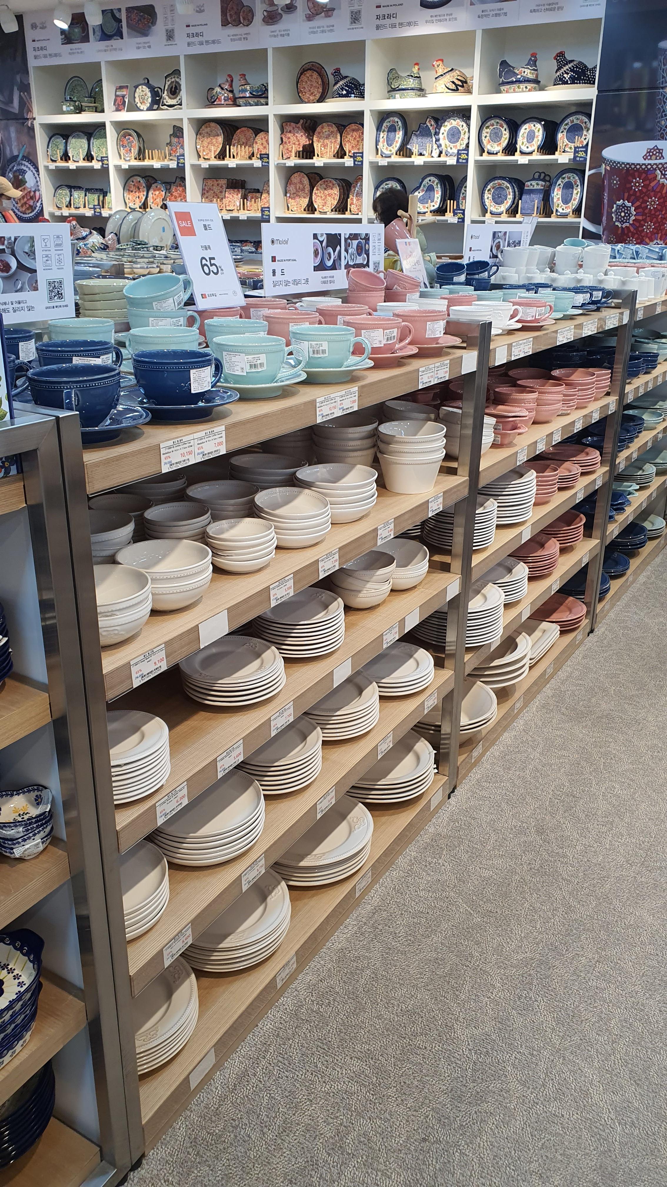 겹겹이-쌓인-접시들