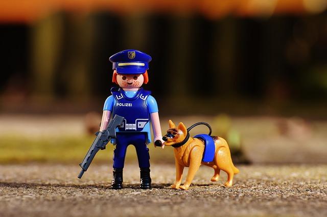 경찰견과 함께 있는 경찰 피규어