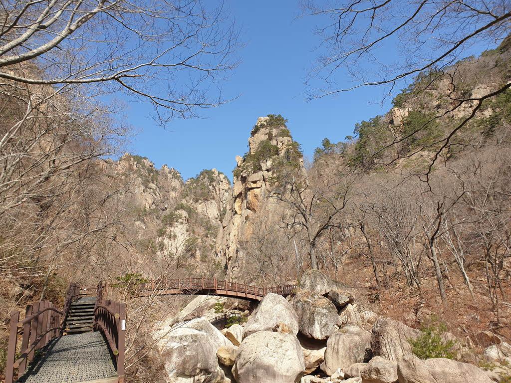 오색천 계곡에 우뚝 선 기암괴석들