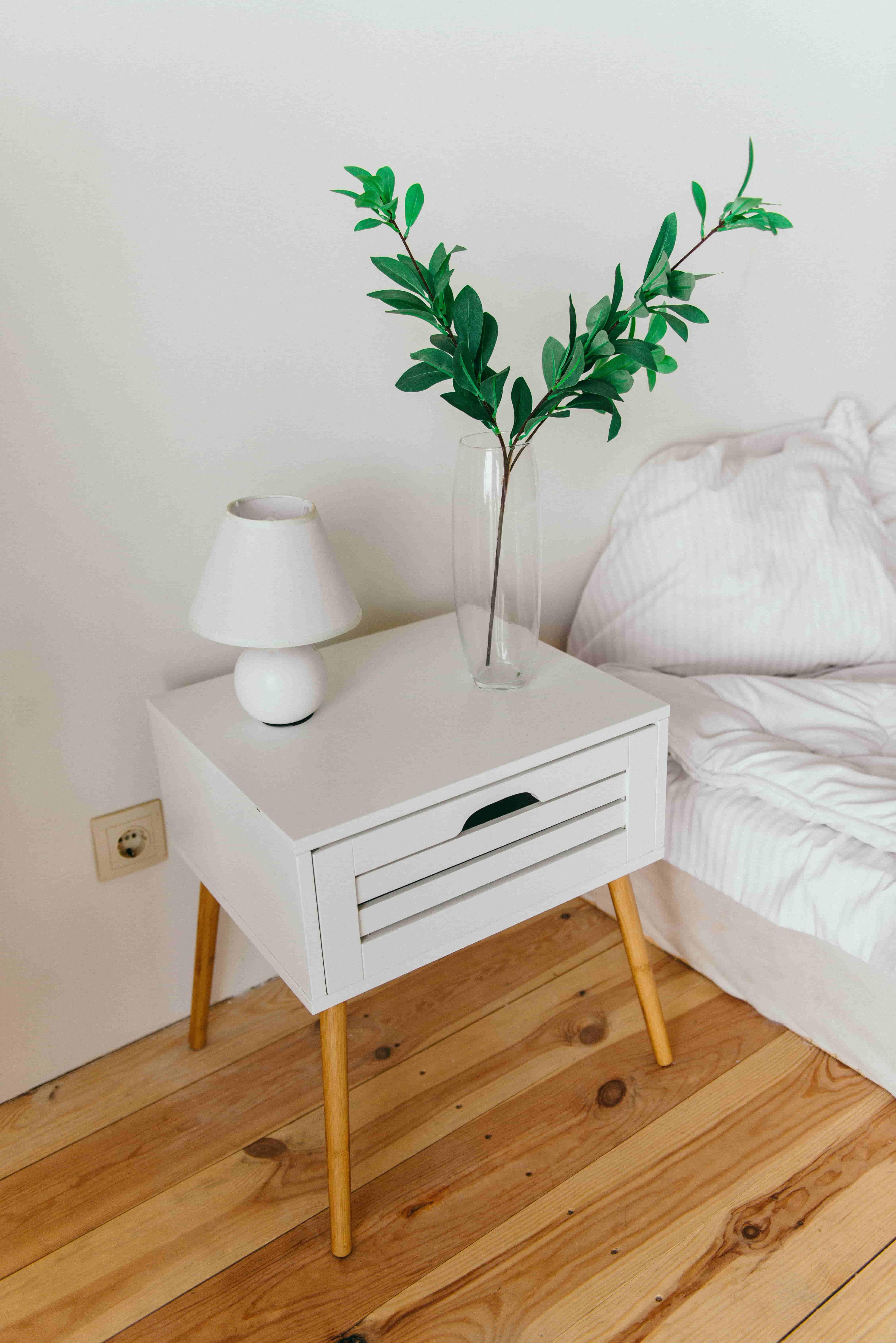 침대 옆 유리병속 식물