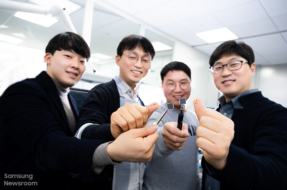 ▲ (왼쪽부터) 엄지 손가락에 '미니 LED 구동 IC'를 올려 소개하는 모습. 이를 통해 제품의 크기를 가늠해 볼 수 있다.