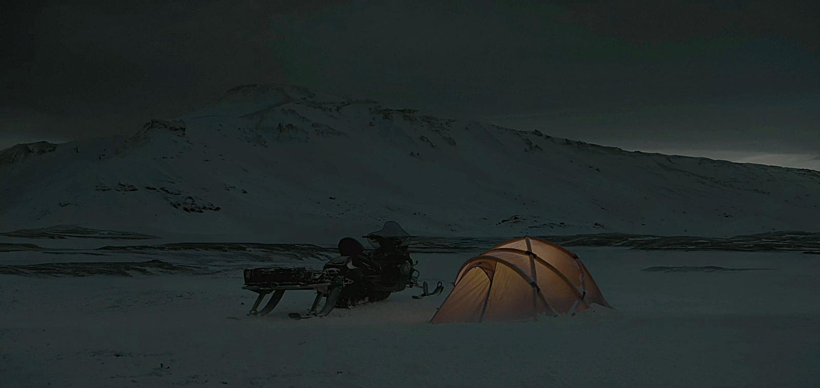 북극 야영 텐트 밤