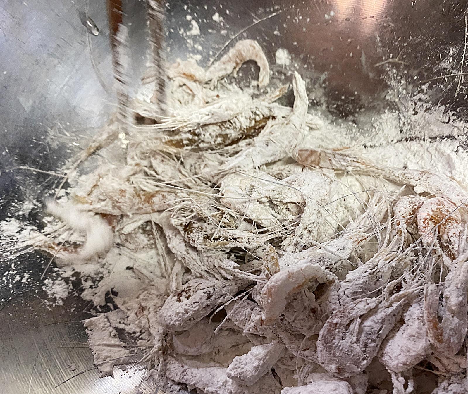 민물 새우 전분 튀김옷 묻히기