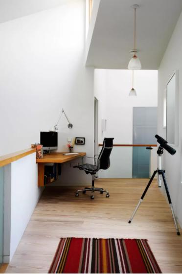 벽에 부착 된 코너 책상
