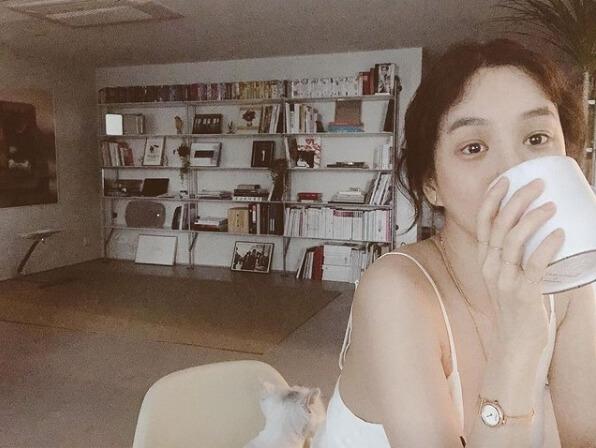 컵을들고있는여자-책장-의자에앉아있는여자