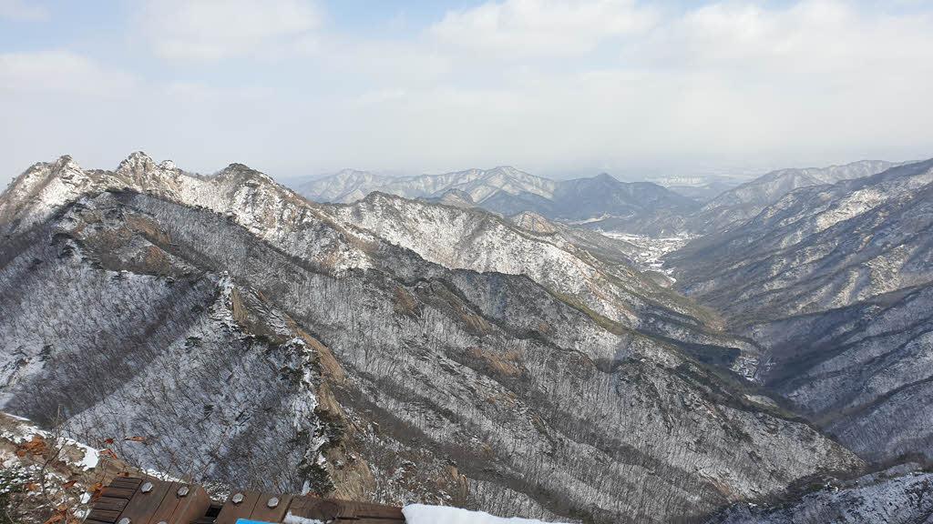 관음봉에서 바라본 자연성릉과 동학사 계곡