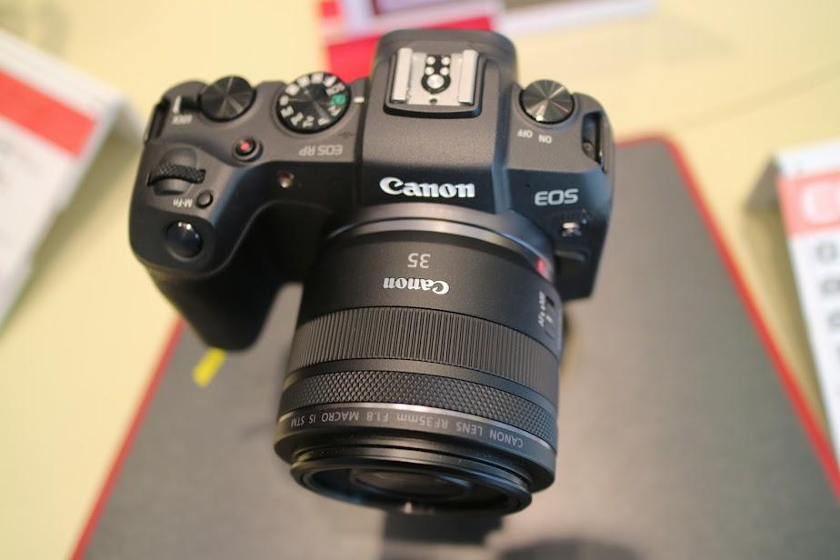 단 하나의 풀프레임 카메라 렌즈를 산다면 35mm 단렌즈를 추천