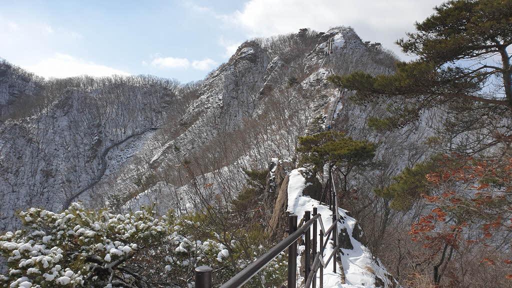 자연성릉을 걷는 도중 뒤돌아 본 관음봉