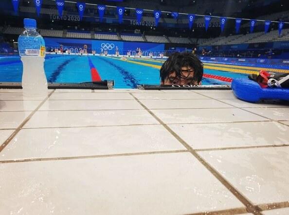 수영장안에서-얼굴만올리고있는남자