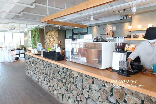 돌담 인테리어의 카페에서 커피만드는곳