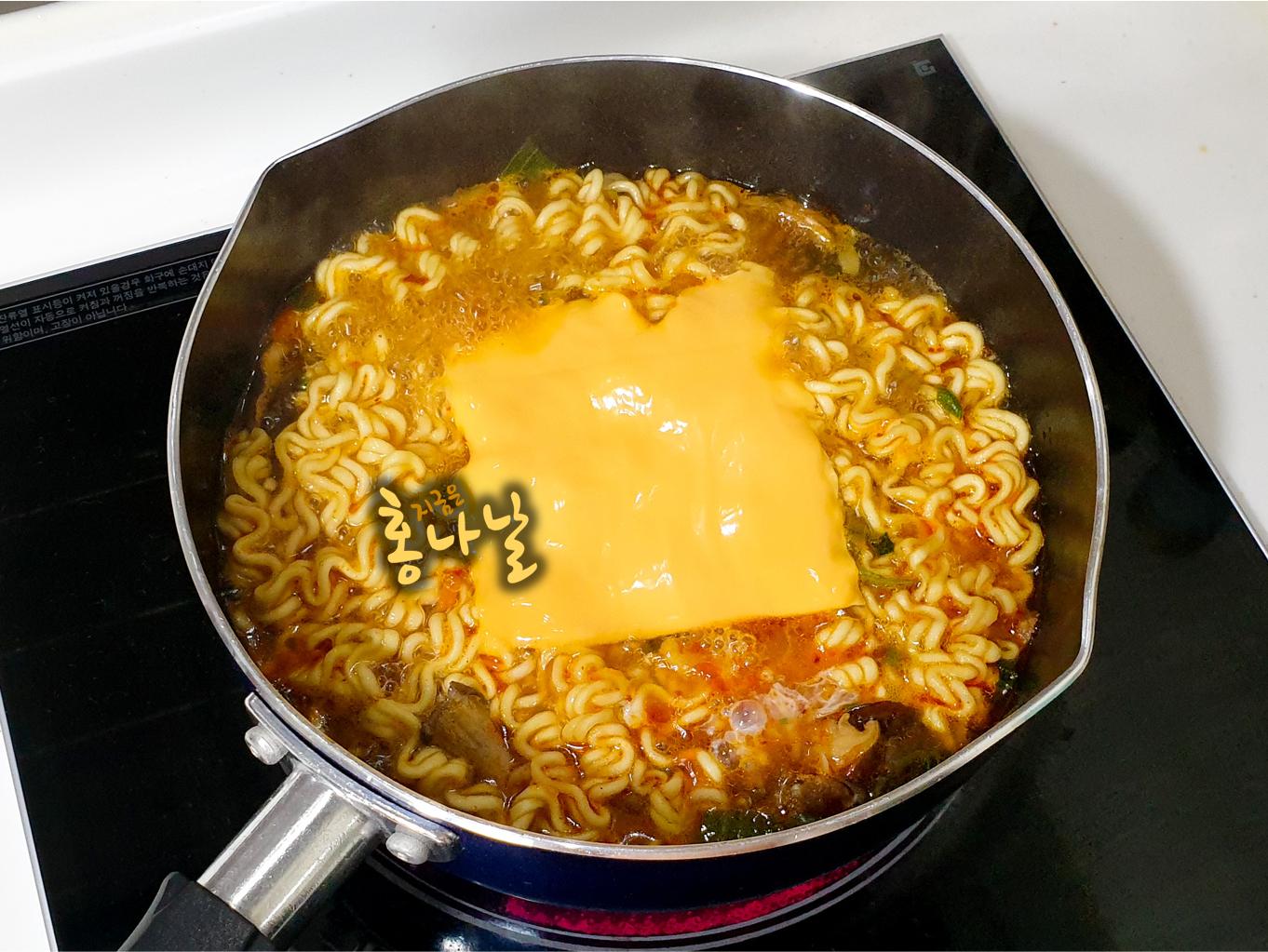 [버섯라면] 달걀, 치즈 넣기