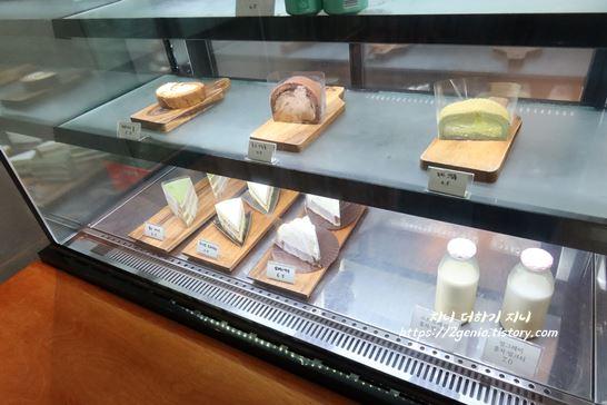 청주 디저트 카페의 조각케이크