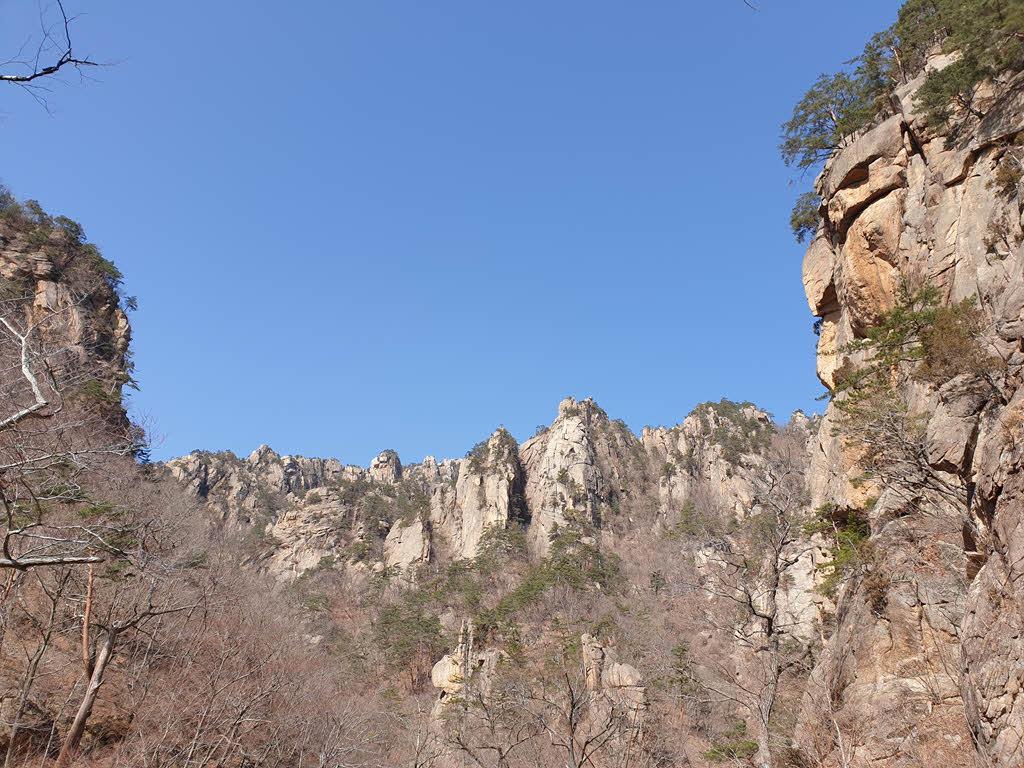 오색천에서 바라본 백두대간 설악산 한계령 남쪽 구간 능선